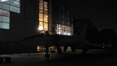 Le Super Mirage 4000 vue de 3/4 illuminé par le Hall des voilures tournantes